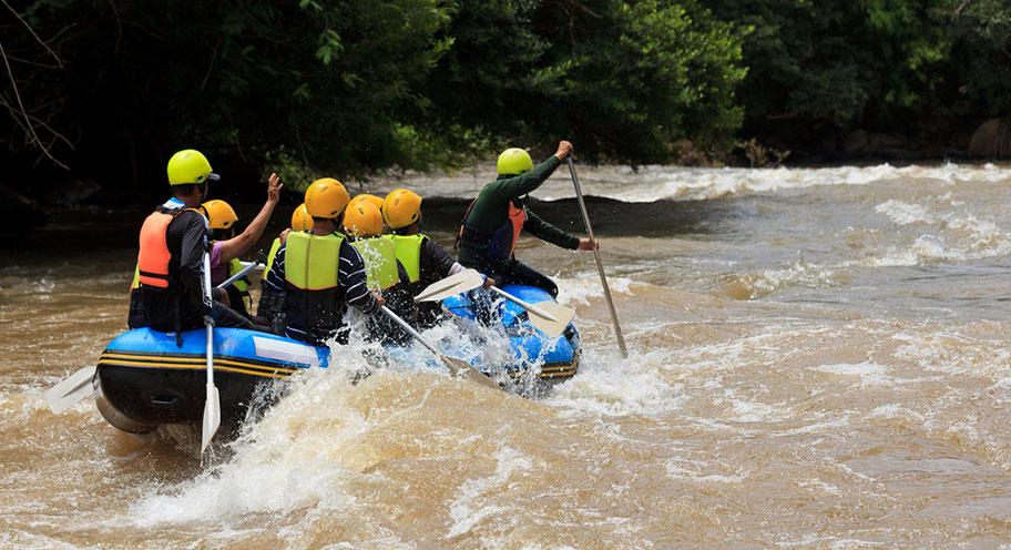 Borneo Wildwasser Rafting Gummiboot Gruppe Stromschnellen
