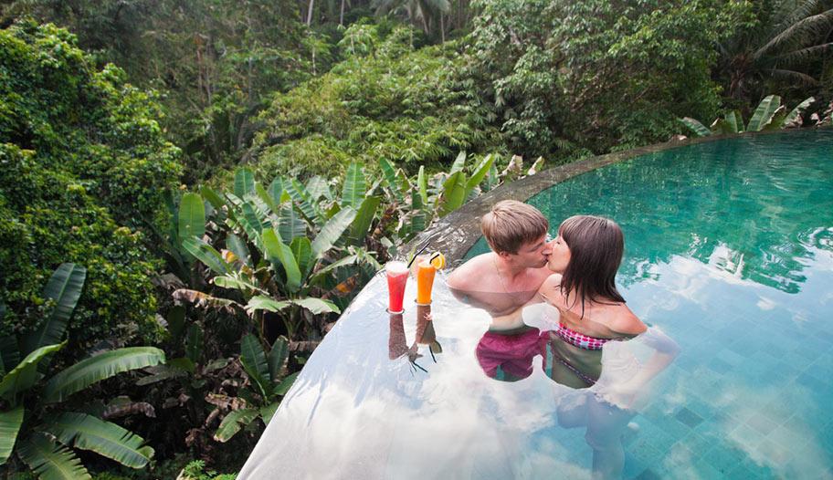 Malaysia Pool Resort Dschungel Honeymoon Couple