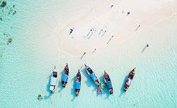 Weisse Sandzunge Insel Koh Lipe Thailand mit Booten