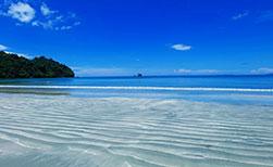 Hauptstrand auf der Ferieninsel Koh Phayam in Thailand