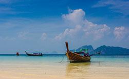 Longtailboote am Strand der thailändischen Insel Ko Ngai