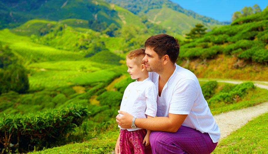 Vater mit Sohn Cameron Highlands Malaysia günstige Angebote