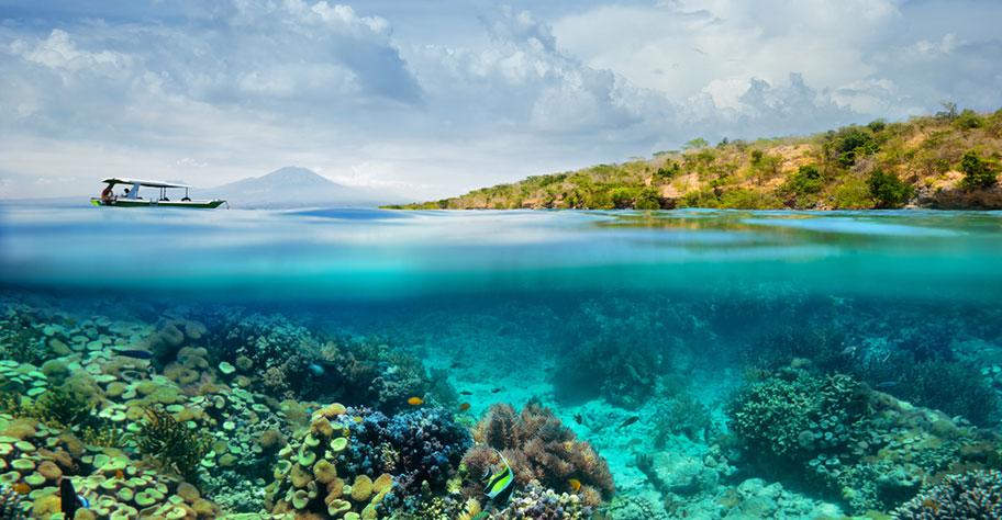 Schiff bringt Schnorchler zum Korallenriff in den Philippinen