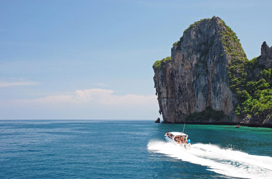 Schnorcheln Thailand Ko Phi Phi Ausflug mit Motorboot Felsen Meer