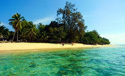 Strand mit extrem klarem Wasser auf der Insel Koh Bulon Lae in Thailand
